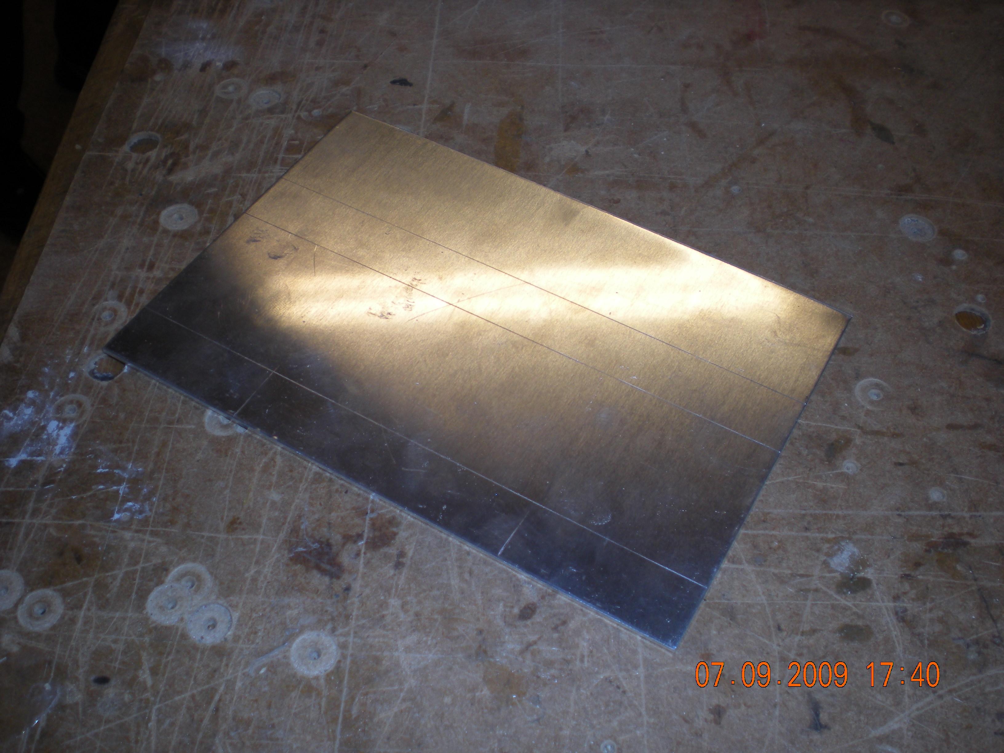 Bunden som skal holde alt inkl. karossen, laver jeg i en 2mm aluminiumsplade. Den originale bund i plast, var hverken stærk nok eller havde pladsen til det jeg ville lave.