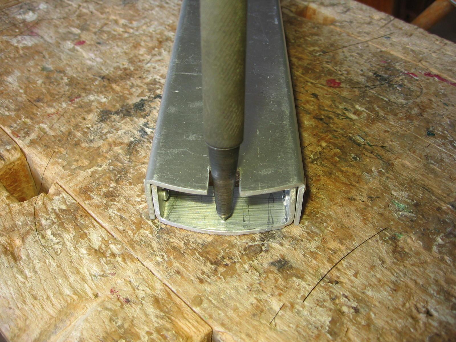 Så skal jeg have lavet et hul til den 3mm skrue som skal holder karossen og undervognen sammen.