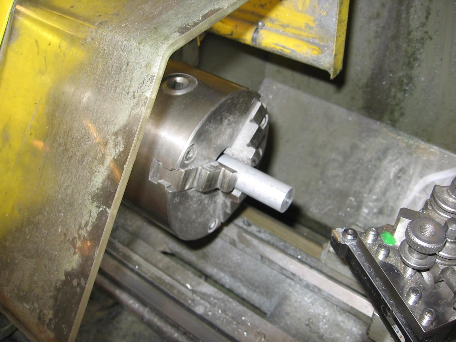 Så skal jeg have lavet holderen til den forreste del af karossen. Den holder drejer jeg i et stykke aluminium.