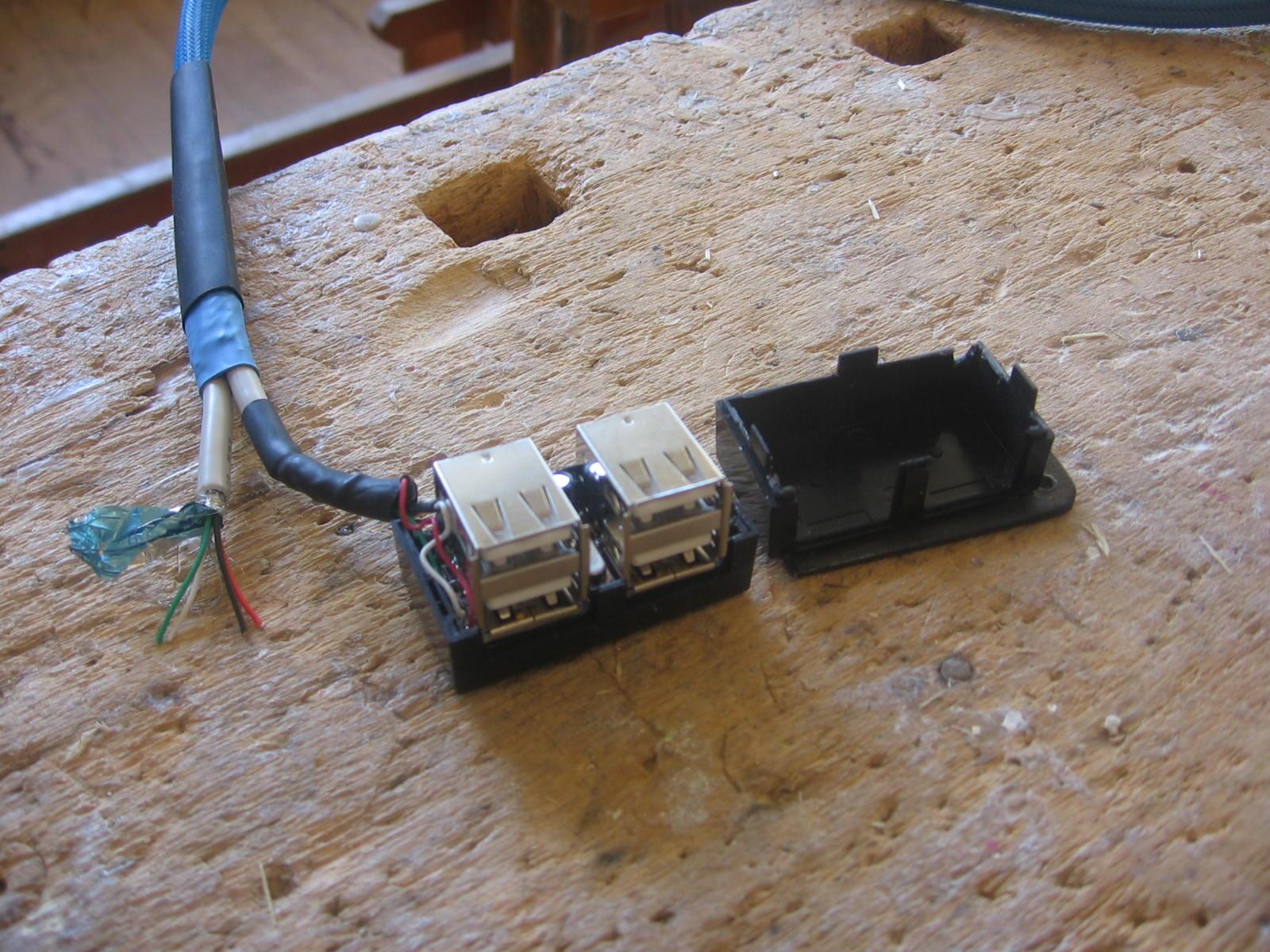 Så har jeg modificeret hub'en lidt. Af er røget USB stikket, og så har jeg loddet ledninger direkte på i hub'en. Det kræver man holder tungen lige i munden, og kan ikke anbefales at gøre hvis man ikke er rutineret med en loddekolbe
