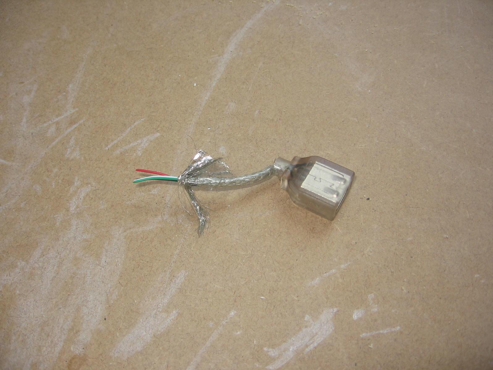 Her er USB-porten til fronten. Den er gennemsigtig, så blær-lyset kan oplyse den gennem aluholderen bagfra. Det kommer til at give en fed effekt.