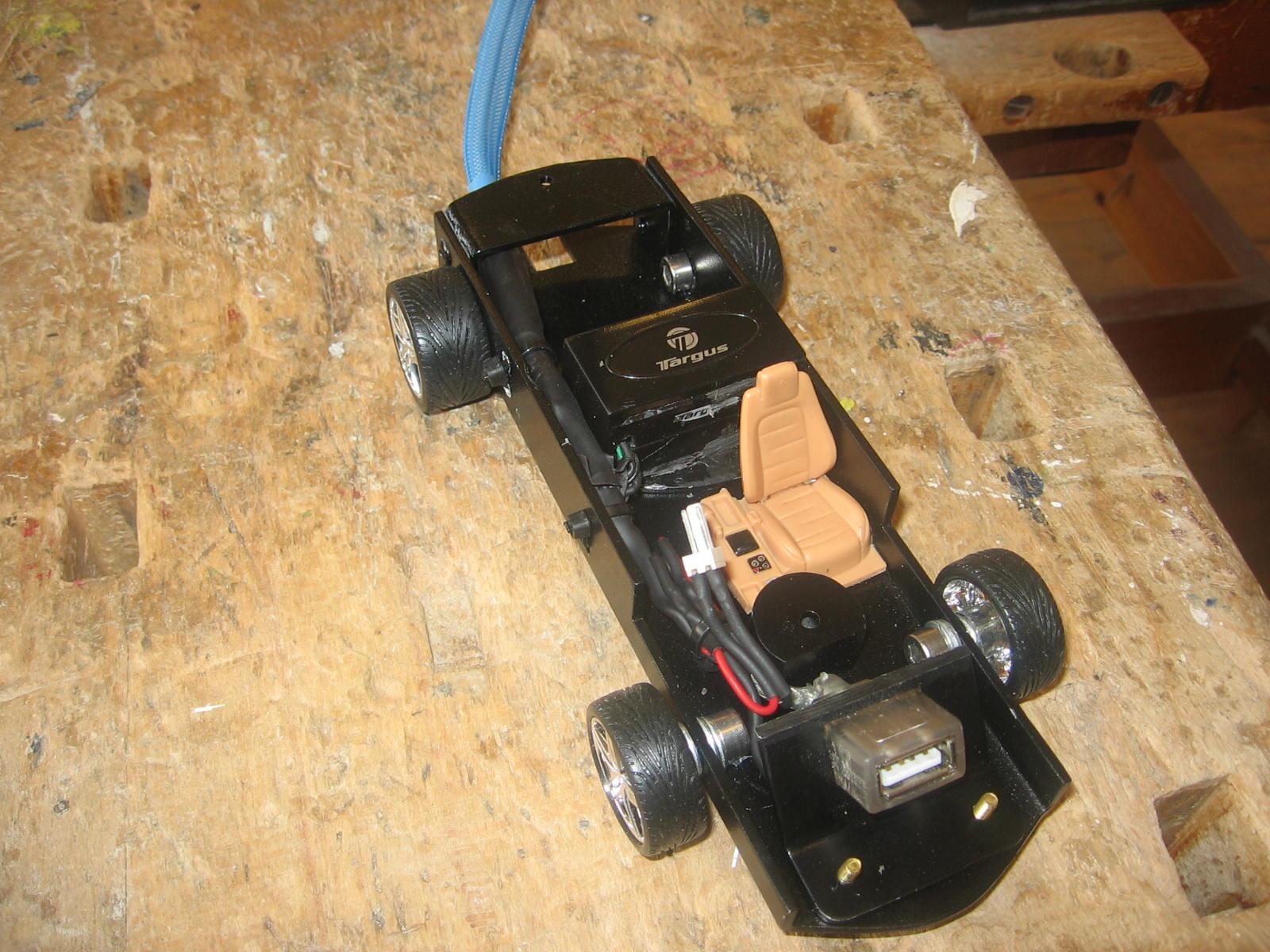 Så er det hele monteret. Forlysets ledninger er jo fastgjort på den indre side af karossen. Så derfor har jeg brugt et lille stik, så man kan tage karossen af, uden den hænger fast i en ledning.