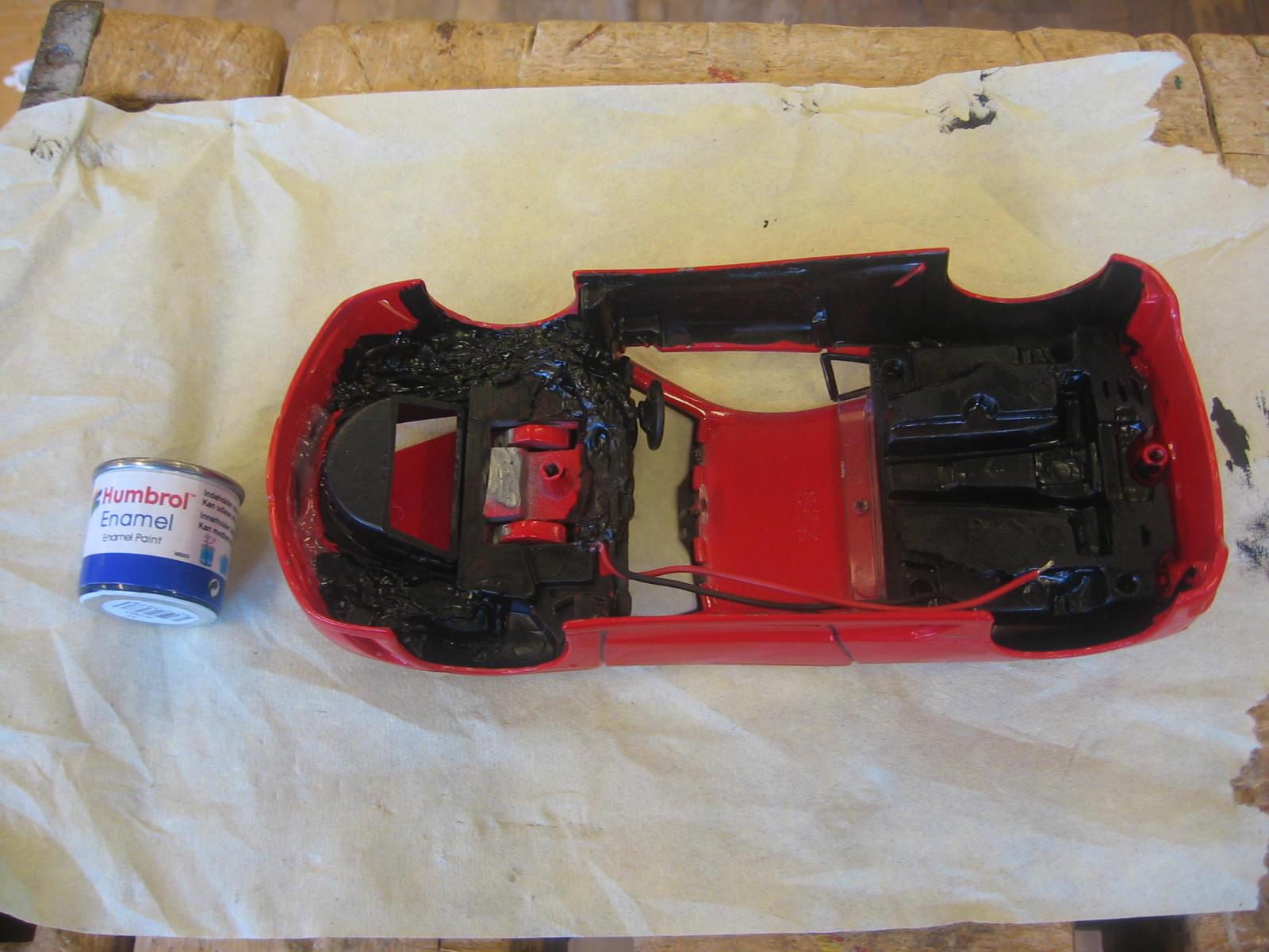 Det indre af karossen har lige fået en omgang sort maling. Det er for at kunne holde det indre sorte look i kabinen, samt skjule alle de ledninger og indgreb jeg har lavet.