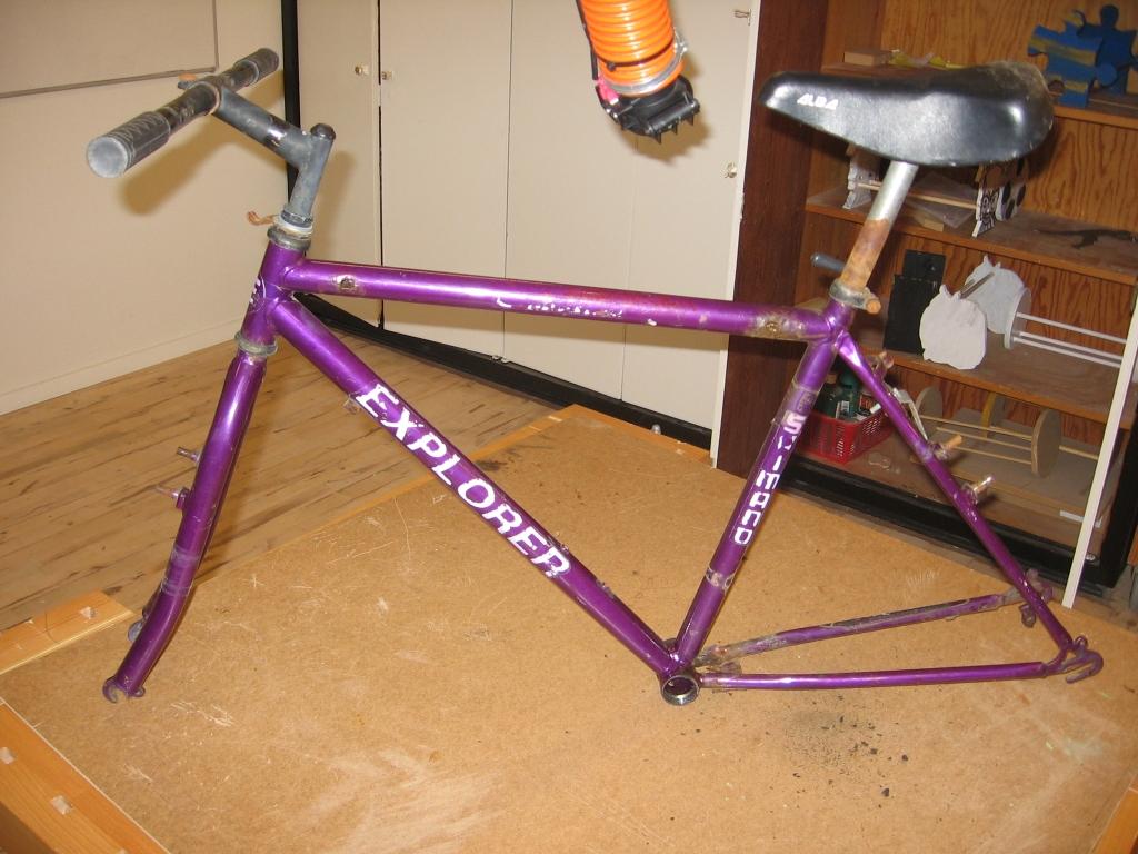 Så er cyklen blevet rippet for alt dens udstyr og andre unødvendige dele.